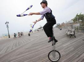 unicyclist-juggling